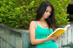 Singulet de port modèle de turquoise de jolie brune Photo stock