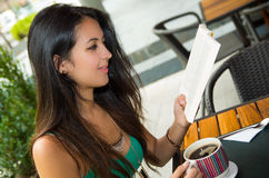 Singulet de port modèle de turquoise de jolie brune Photo libre de droits
