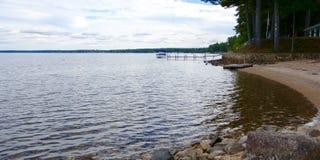 Siniestro triste oscuro del paisaje del horizonte del cielo del lago Foto de archivo libre de regalías