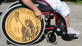 Sinior mężczyzna na wózku inwalidzkim 1 usa dolar jak koło Obrazy Stock