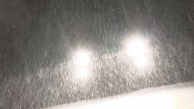 Sinistere sneeuwkoplampen stock video