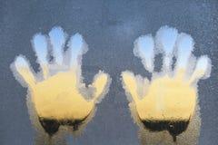 Sinistra e Mano-stampe sulla finestra congelata del ghiaccio fotografia stock libera da diritti