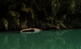 Sinked fartyg i en flod Arkivfoto