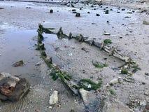 Sinked gebrochenes Boot auf dem Seestrand lizenzfreies stockbild