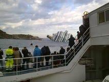 Sinkende Kreuzschiff Costa Concordia lizenzfreie stockbilder
