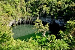 Sinkhole i en grotta Los Tres Ojos Royaltyfria Foton
