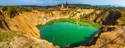 Sinkhole op het grondgebied van de verlaten mijnen in Solotvyno, de Oekraïne Stock Fotografie
