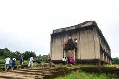 Sinkiing tempel och Songkaria flod med blå himmel, Sangklaburi Kanchanaburi Arkivbilder