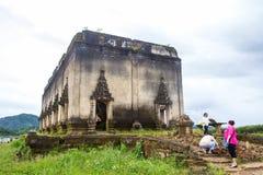 Sinkiing tempel och Songkaria flod med bluesky, Sangklaburi Kanchanaburi Royaltyfri Foto