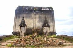 Sinkiing tempel och Songkaria flod med bluesky, Sangklaburi Kanchanaburi Royaltyfria Foton