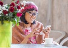 sinnesrörelse för lycka för 40-talårskvinna som ser meddelandet på den smarta telefonen Fotografering för Bildbyråer