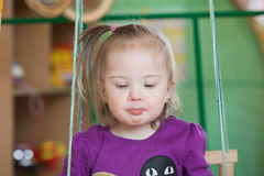 Sinnesrörelser av behandla som ett barn lite flickan med Down Syndrome Royaltyfri Fotografi