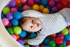 Sinnesrörelser för barn` s Lyckligt behandla som ett barn pojken som spelar med bollar Arkivfoton