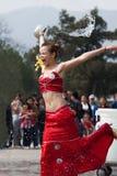 Sinnesrörelser för vatten för flicka plaskande roliga och överdrivna, Royaltyfri Bild