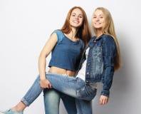 Sinnesrörelser, folk, tonår och kamratskapbegrepp - lyckligt le p arkivfoton