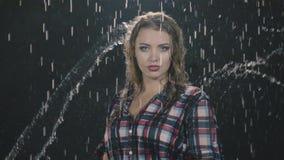 Sinnesrörelser i regnet stock video