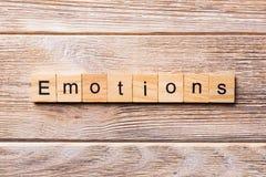 Sinnesrörelser uttrycker skriftligt på träsnittet SINNESRÖRELSER smsar på trätabellen för din desing, begrepp arkivbild