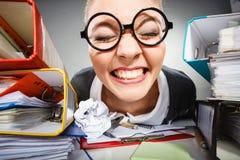 Sinnessjuk kontorskvinna på arbete Arkivbilder