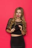 Sinnliche blauäugige Frau im schwarzen Kleid Stockbilder