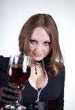 Sinnliche blauäugige Frau mit Glas Wein Lizenzfreie Stockfotografie
