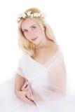 Sinnliche blonde Braut im Kranz Stockfoto