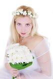 Sinnliche blonde Braut im Kranz und im Blumenstrauß Lizenzfreie Stockfotos