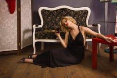 Sinnliche blonde Dame im Schwarzen Stockfoto