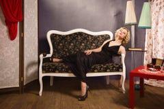 Sinnliche blonde Dame im Schwarzen Lizenzfreie Stockfotografie