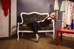 Sinnliche blonde Dame im Schwarzen Stockbilder