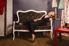 Sinnliche blonde Dame im Schwarzen Stockfotografie