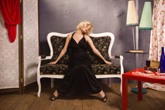 Sinnliche blonde Dame im Schwarzen Lizenzfreies Stockfoto