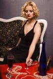 Sinnliche blonde Dame im schwarzen Schnüffelnkokain (nachgemacht) Lizenzfreie Stockfotografie