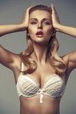 Sinnliche blonde Dame mit den verlockenden Lippen Stockfotos