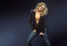 Sinnliche blonde Dame mit Sonnenbrille Lizenzfreie Stockfotos