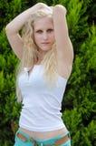 Sinnliche blonde Dame trägt blauen Rock und weißes Hemd Lizenzfreie Stockfotos