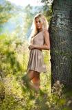 Sinnliche blonde Frau auf Feld im reizvollen kurzen Kleid Lizenzfreie Stockbilder