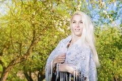 Sinnliche blonde Frau, die draußen im Frühjahr Wald steht Lizenzfreie Stockfotos