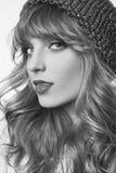 Sinnliche blonde Frau im blauen Hut auf weißem Hintergrund Stockbild