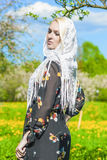 Sinnliche blonde Frau im Halstuch, das im Frühjahr Forest Outsid steht Stockfotografie