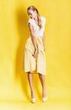 Sinnliche blonde Frau im schönen gelben Rock Stockfotografie