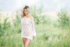Sinnliche blonde Frau im weißen Kleid draußen Stockbild