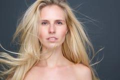 Sinnliche blonde Frau mit dem langen blonden Haar Lizenzfreie Stockfotos