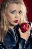 Sinnliche blonde Frau mit einem Apfel Lizenzfreie Stockfotografie