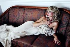 Sinnliche blonde Schönheitsaufstellung Lizenzfreies Stockfoto