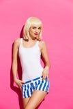 Sinnliche Blondine auf rosa Hintergrund Lizenzfreies Stockfoto