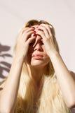 Sinnliche Blondine, die das Licht der Sonne genießt Stockbild