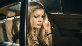Sinnliche Blondine im Auto Stockfoto