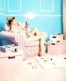 Sinnliche Blondine im Raum Stockfotos