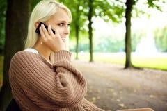 Sinnliche Blondine in lebhaftem Gespräch auf Mobile Lizenzfreie Stockfotos