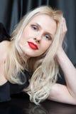 Sinnliche Blondine mit den roten Lippen lizenzfreies stockbild